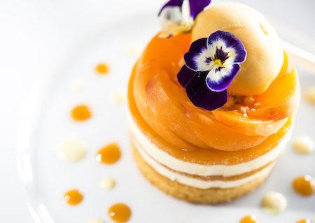 Le Bailli de Suffren hotel France Sable abricot frais, mousse au jasmin et sorbet abricot 9