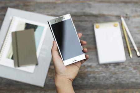 Sony Xperia Xz Premium Luminous_Chrome_In_hand
