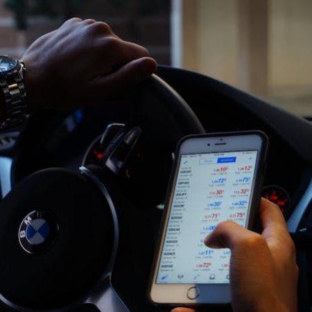 Man hand car trading phone