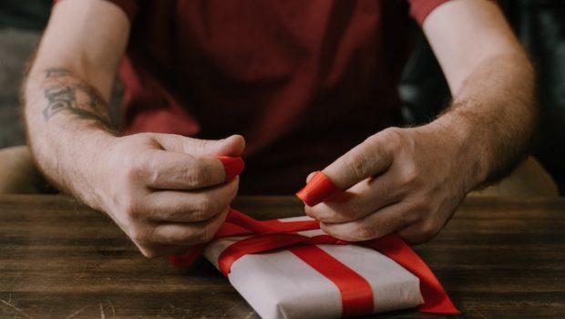 Man hands gift